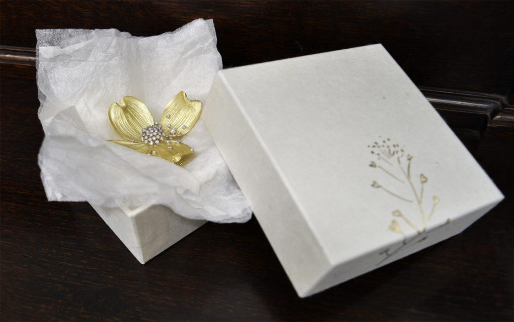 和紙箱の中に花水木